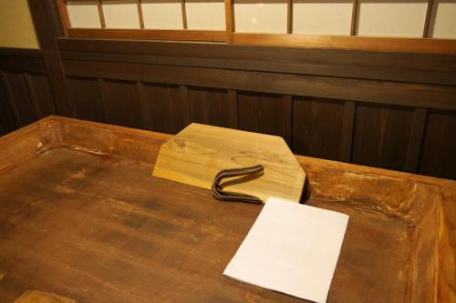 A modern made hoiro. Note the small piece of wood, typical Uji / Kyoto temomi (hand rolling) method, which is used for the final kneading stage. In Shizuoka and elsewhere one did not use it, using the palm of a hand only.